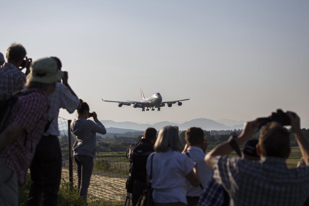 IMAGE: http://www.michaelangstphotography.ch/wp-content/uploads/2013/08/Cargolux2.jpg